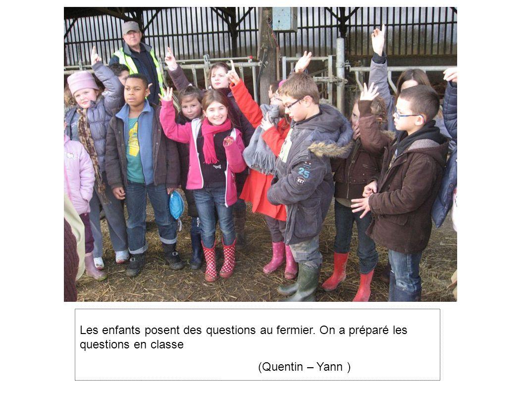 Les enfants posent des questions au fermier