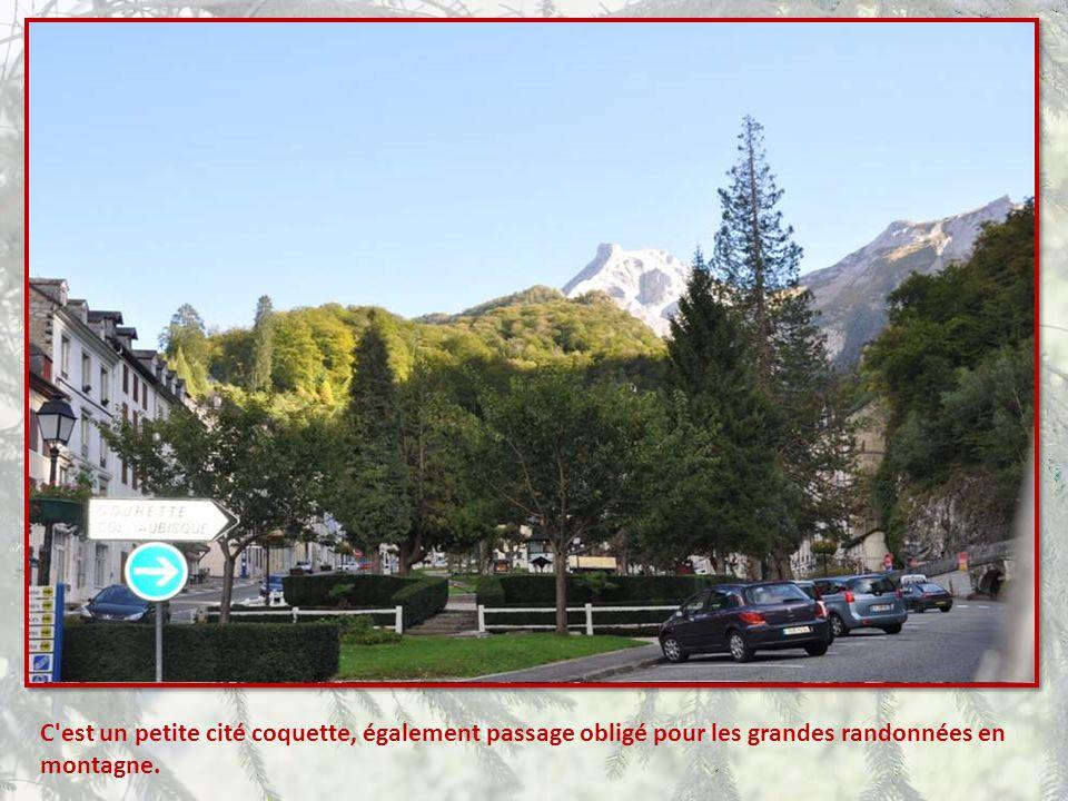 C est un petite cité coquette, également passage obligé pour les grandes randonnées en montagne.