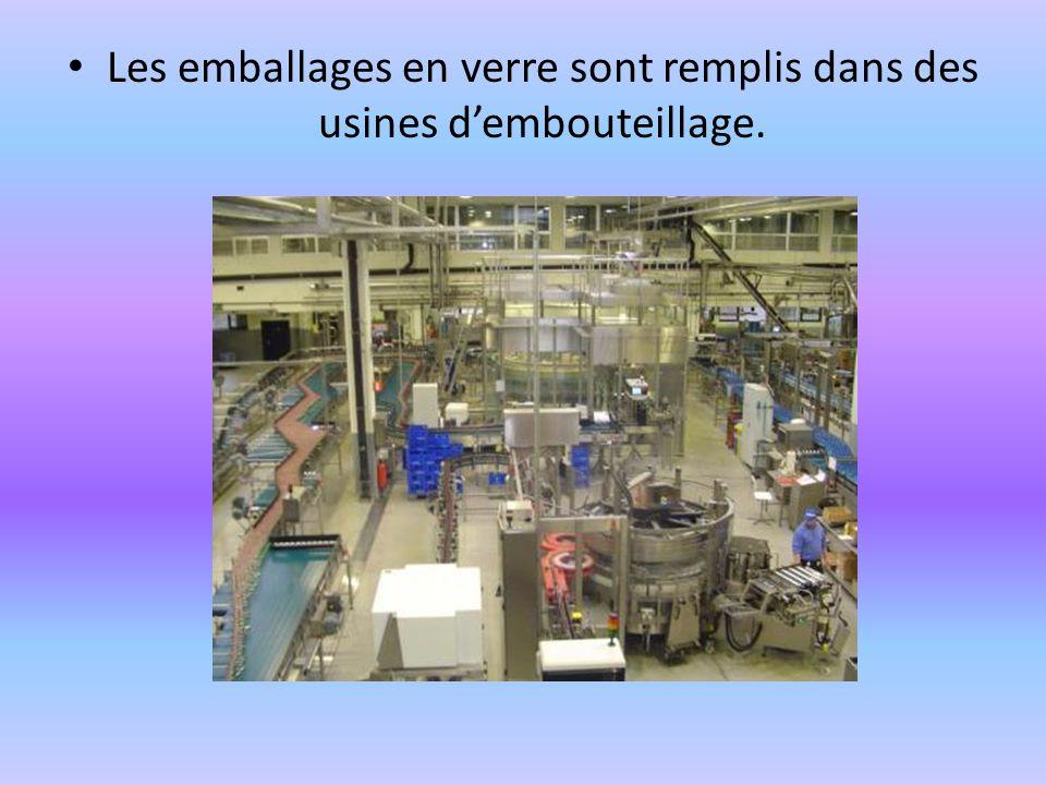 Les emballages en verre sont remplis dans des usines d'embouteillage.