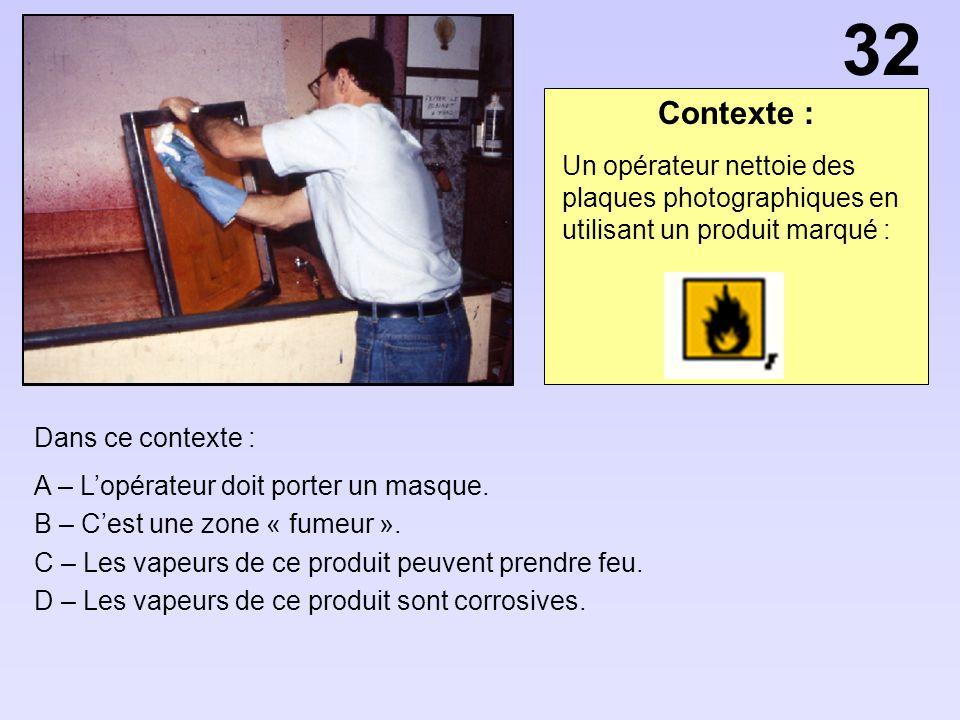 32 Contexte : Un opérateur nettoie des plaques photographiques en utilisant un produit marqué : Dans ce contexte :