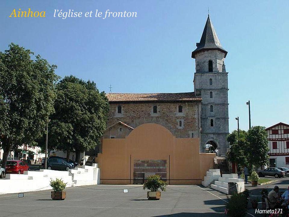 Ainhoa l'église et le fronton