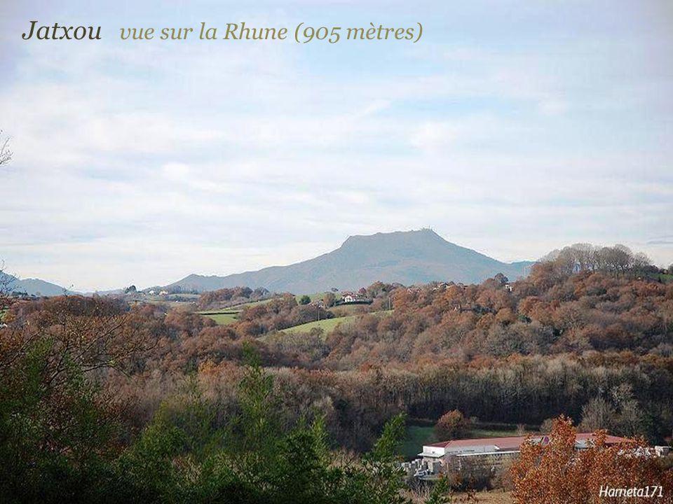 Jatxou vue sur la Rhune (905 mètres)