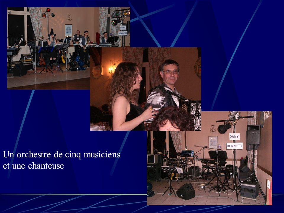 Un orchestre de cinq musiciens