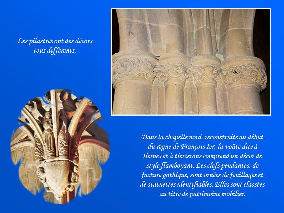Les pilastres ont des décors tous différents.