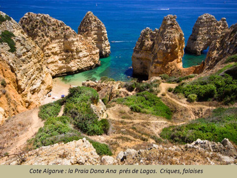 Cote Algarve : la Praia Dona Ana prés de Lagos. Criques, falaises
