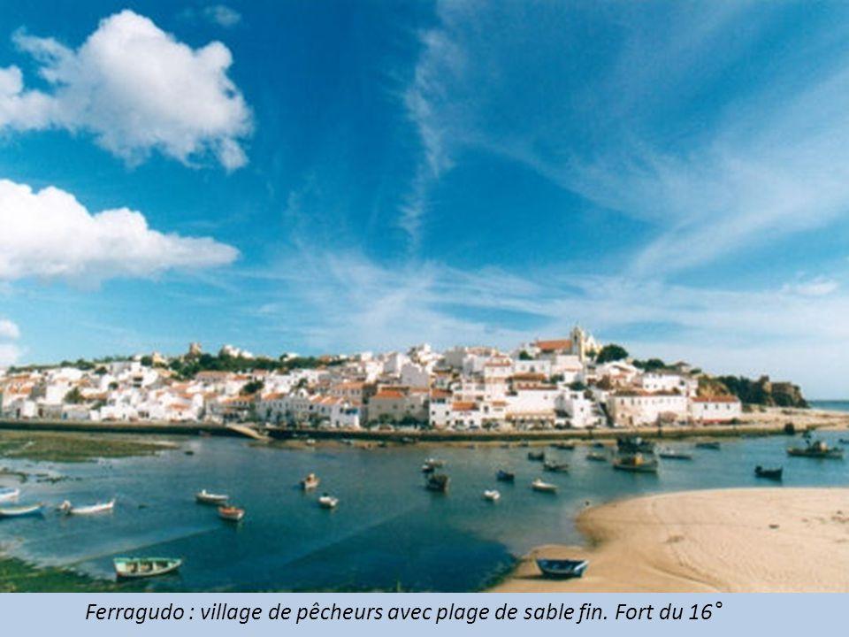 Ferragudo : village de pêcheurs avec plage de sable fin. Fort du 16°