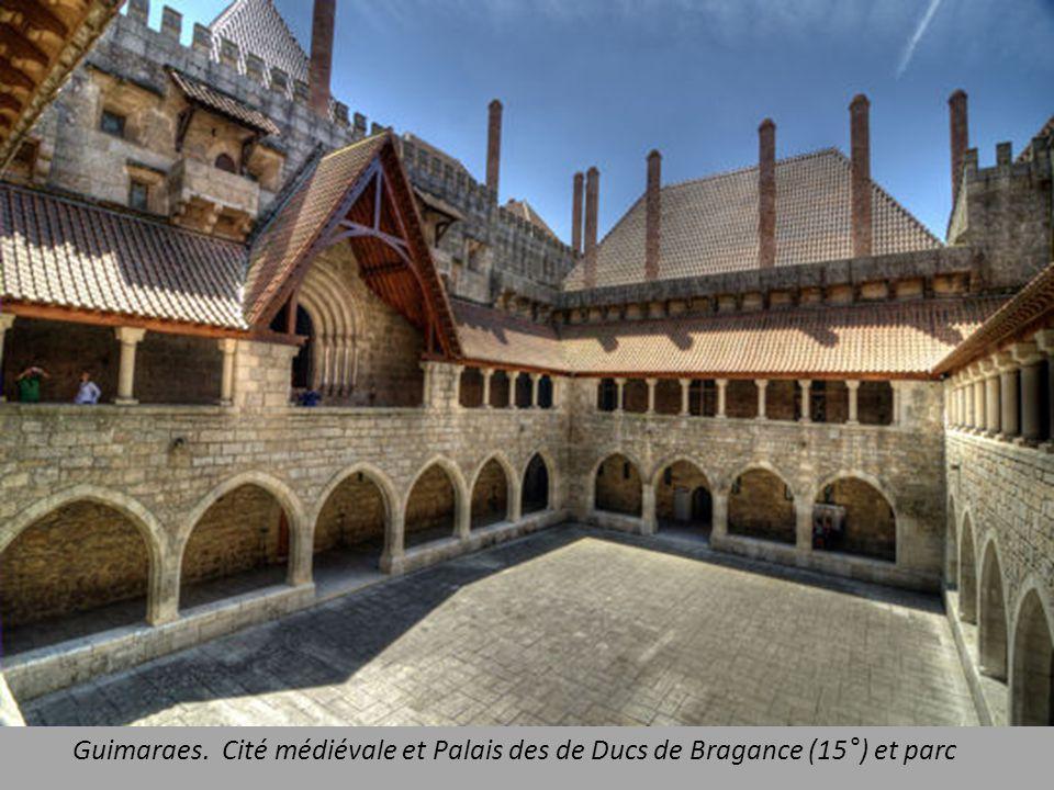 Guimaraes. Cité médiévale et Palais des de Ducs de Bragance (15°) et parc