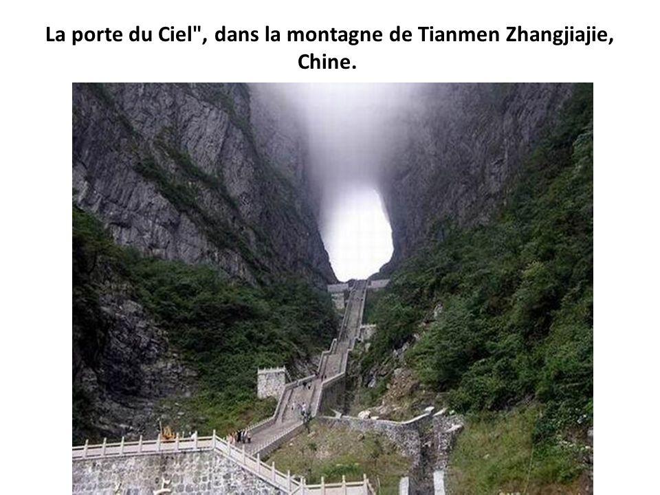 La porte du Ciel , dans la montagne de Tianmen Zhangjiajie, Chine.