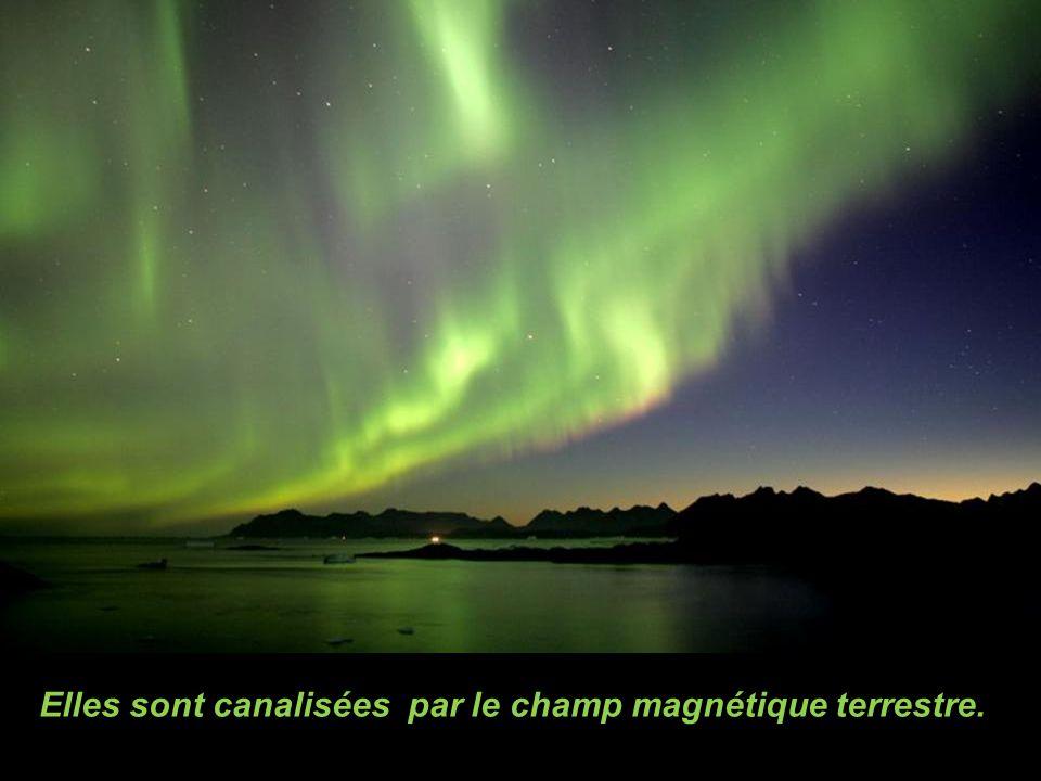 Elles sont canalisées par le champ magnétique terrestre.