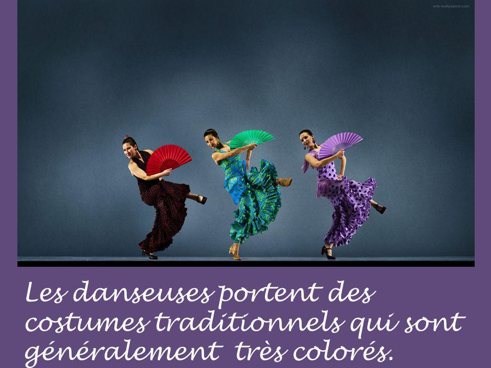 Les danseuses portent des costumes traditionnels qui sont généralement très colorés.