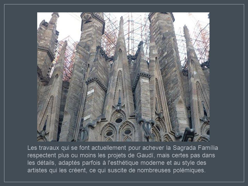 Les travaux qui se font actuellement pour achever la Sagrada Família respectent plus ou moins les projets de Gaudí, mais certes pas dans les détails, adaptés parfois à l esthétique moderne et au style des artistes qui les créent, ce qui suscite de nombreuses polémiques.