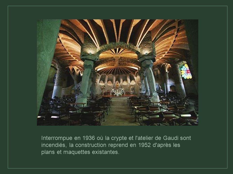 Interrompue en 1936 où la crypte et l atelier de Gaudi sont incendiés, la construction reprend en 1952 d après les plans et maquettes existantes.