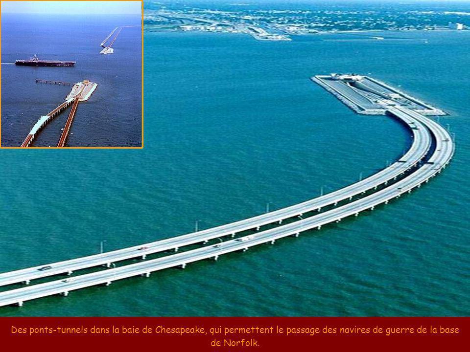 Des ponts-tunnels dans la baie de Chesapeake, qui permettent le passage des navires de guerre de la base de Norfolk.