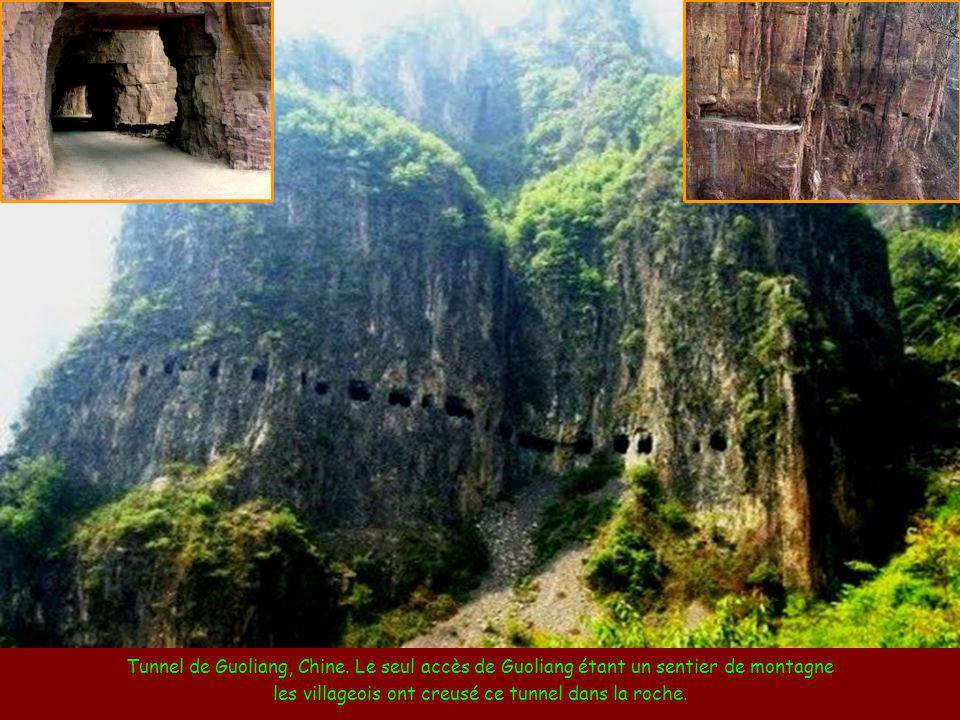 les villageois ont creusé ce tunnel dans la roche.