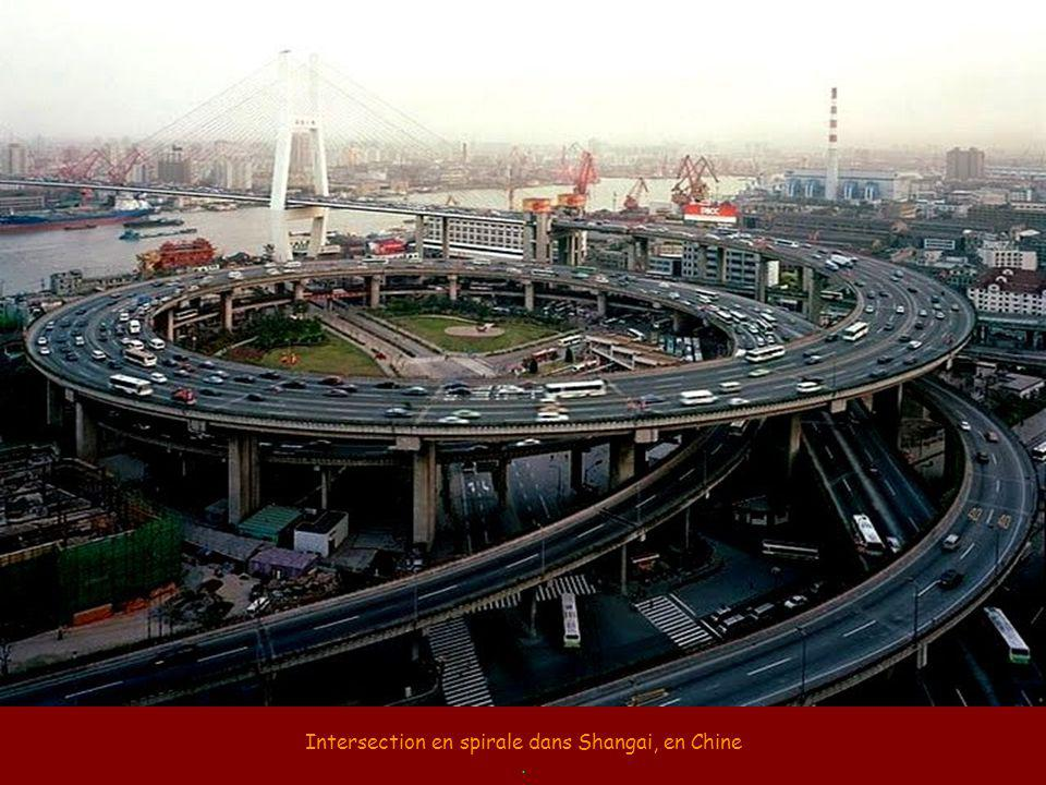 Intersection en spirale dans Shangai, en Chine