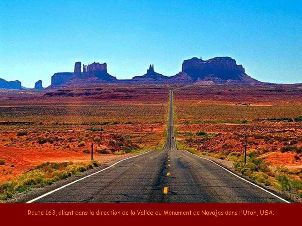 Route 163, allant dans la direction de la Vallée du Monument de Navajos dans l Utah, USA.