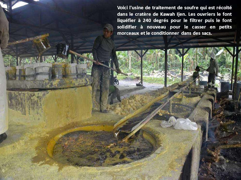 Voici l usine de traitement de soufre qui est récolté dans le cratère de Kawah Ijen.