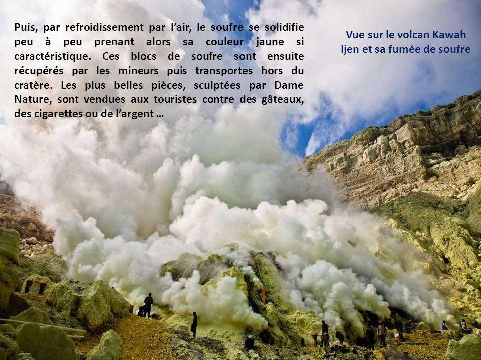 Vue sur le volcan Kawah Ijen et sa fumée de soufre