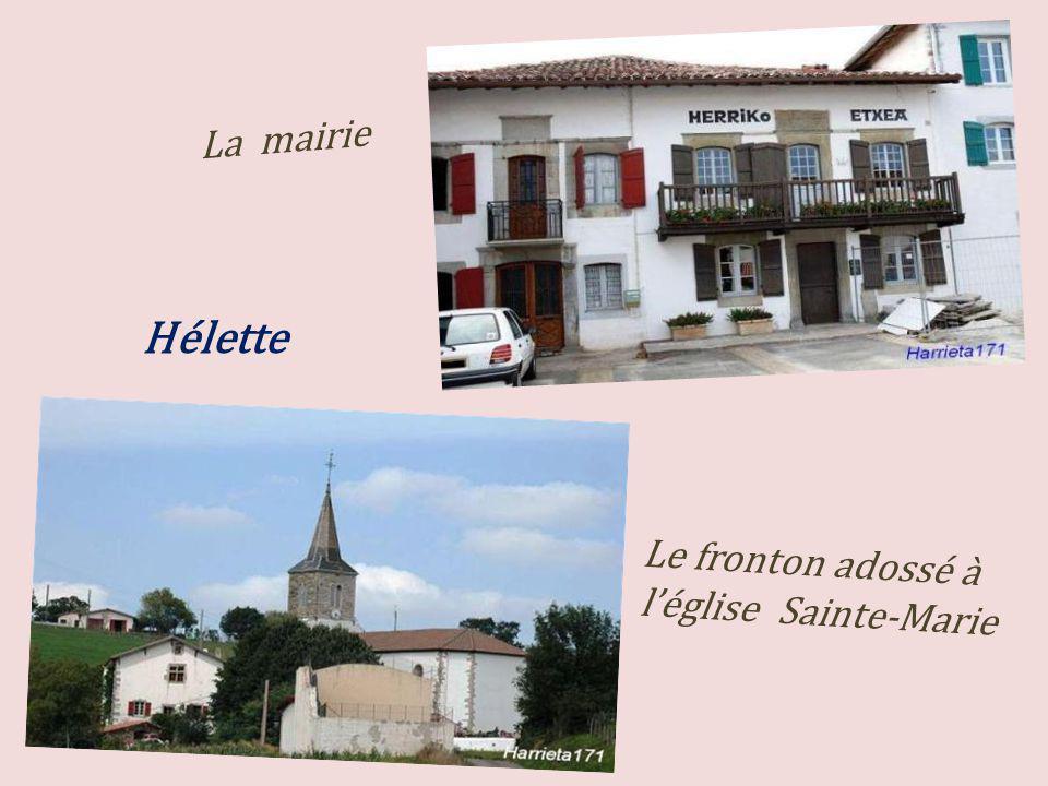La mairie Hélette Le fronton adossé à l'église Sainte-Marie
