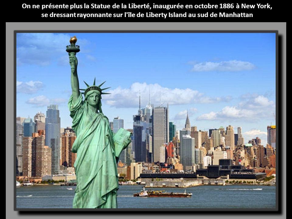 se dressant rayonnante sur l île de Liberty Island au sud de Manhattan