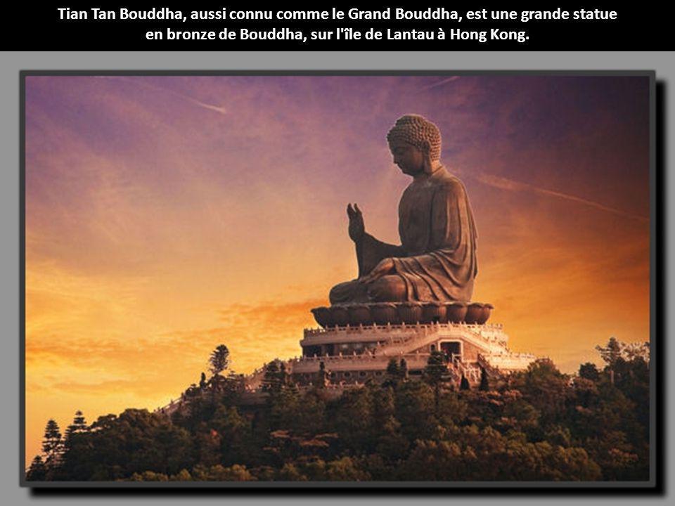 en bronze de Bouddha, sur l île de Lantau à Hong Kong.