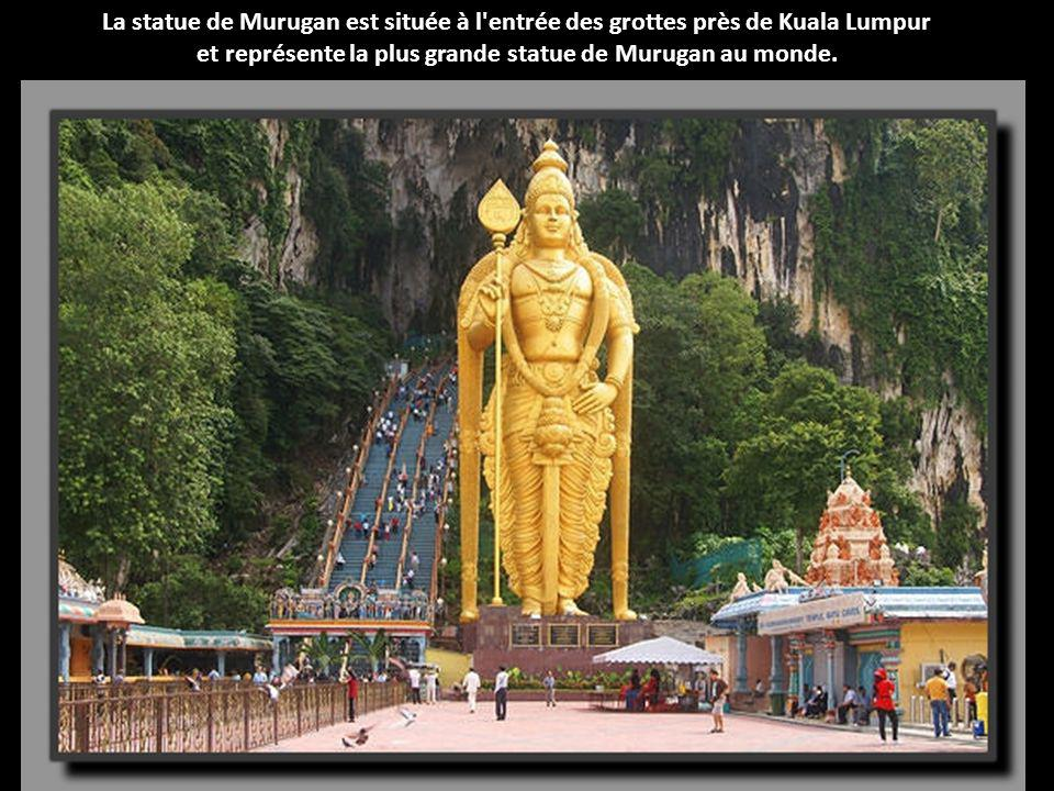 et représente la plus grande statue de Murugan au monde.