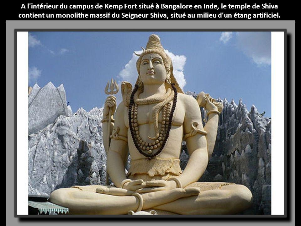 A l intérieur du campus de Kemp Fort situé à Bangalore en Inde, le temple de Shiva contient un monolithe massif du Seigneur Shiva, situé au milieu d un étang artificiel.