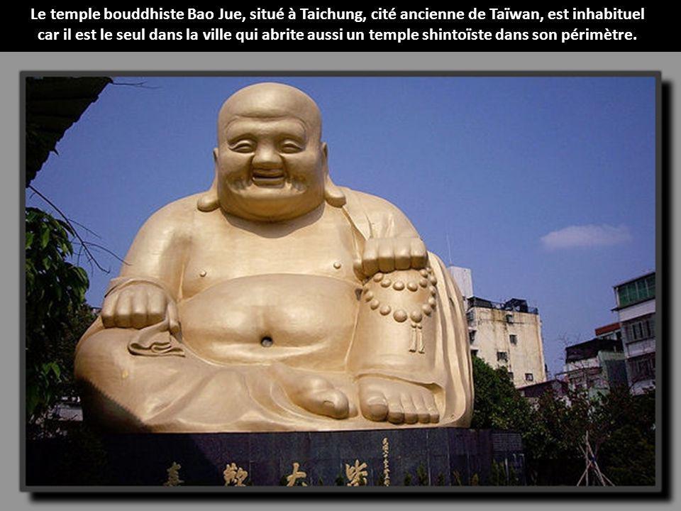Le temple bouddhiste Bao Jue, situé à Taichung, cité ancienne de Taïwan, est inhabituel car il est le seul dans la ville qui abrite aussi un temple shintoïste dans son périmètre.