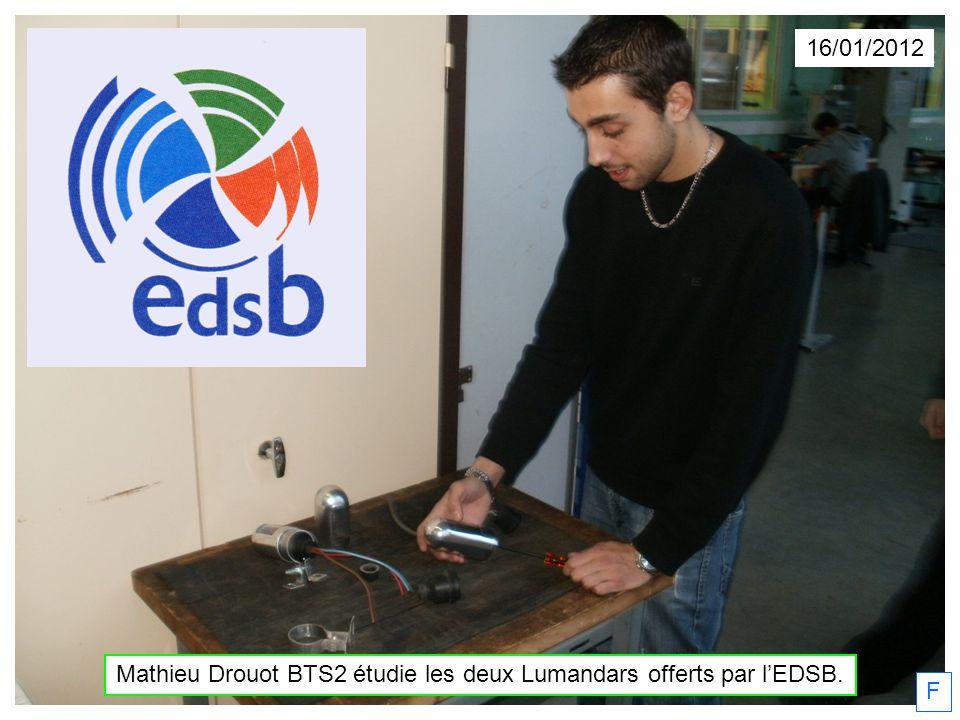 Mathieu Drouot BTS2 étudie les deux Lumandars offerts par l'EDSB.