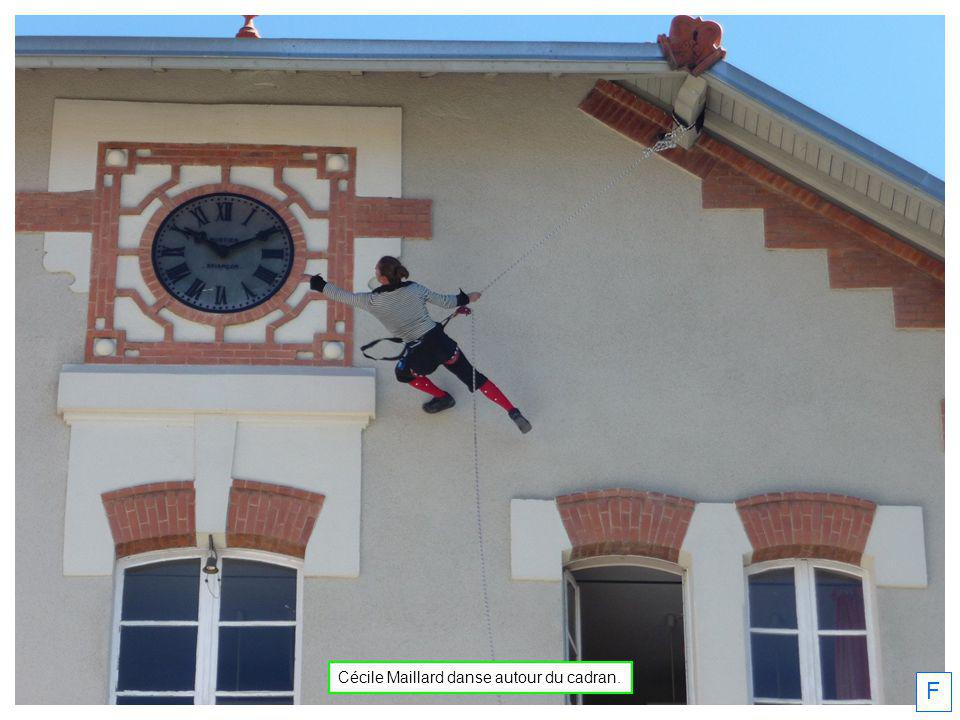 Cécile Maillard danse autour du cadran.
