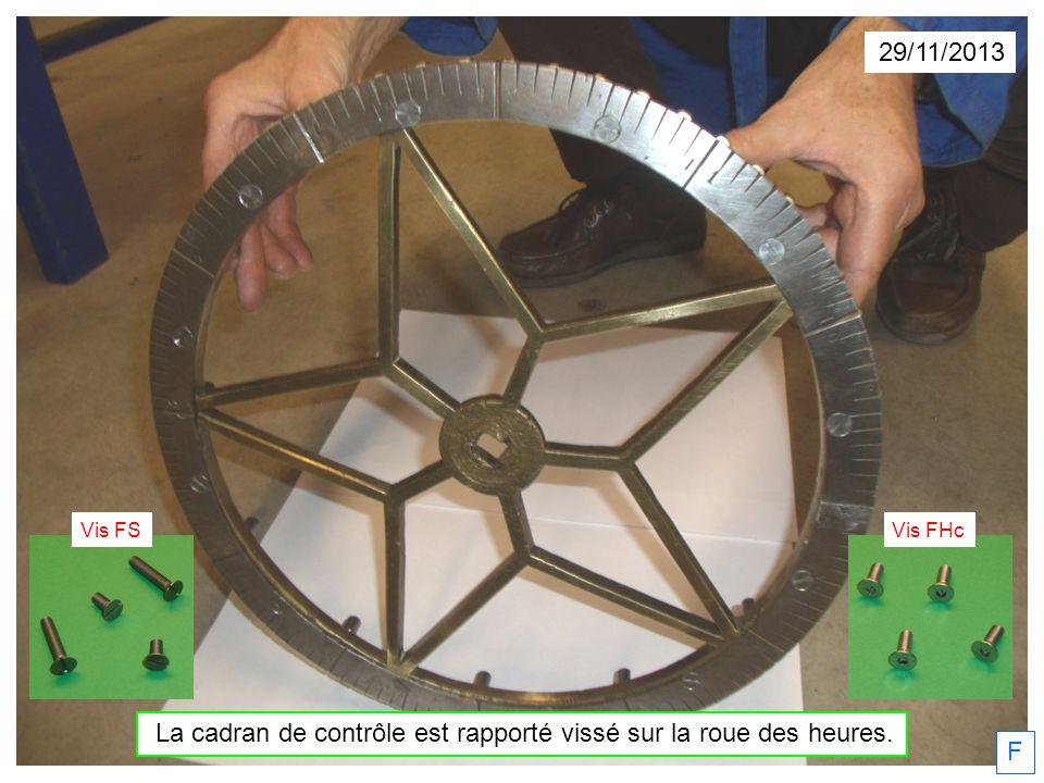 La cadran de contrôle est rapporté vissé sur la roue des heures.