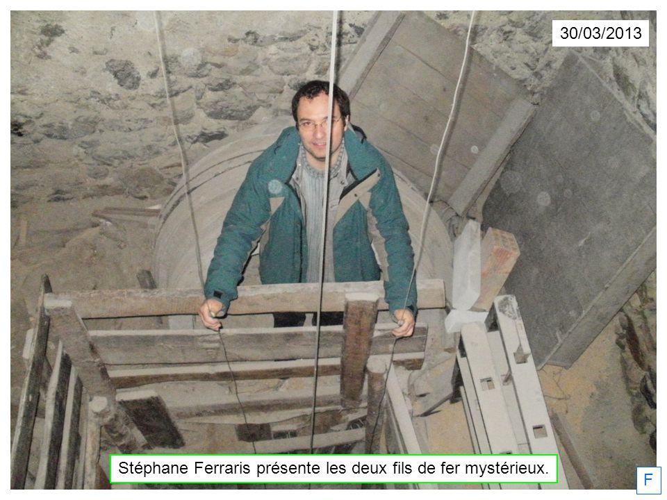 Stéphane Ferraris présente les deux fils de fer mystérieux.