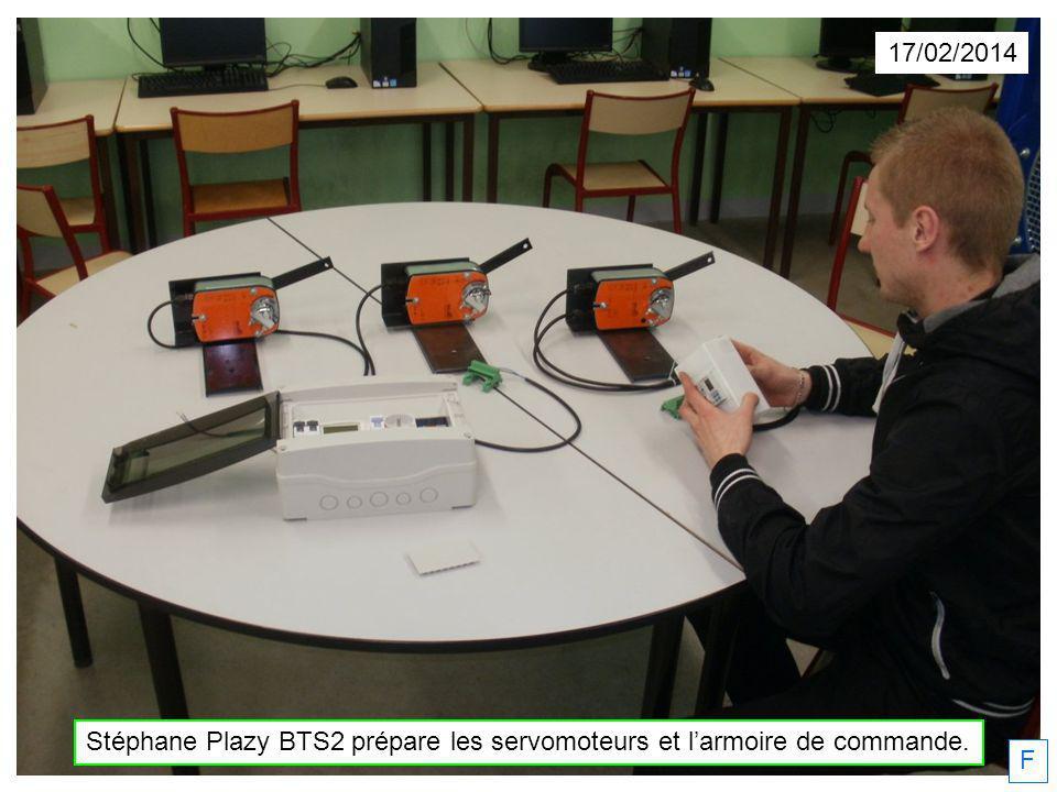 Stéphane Plazy BTS2 prépare les servomoteurs et l'armoire de commande.
