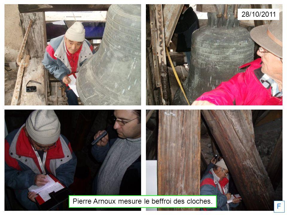 Pierre Arnoux mesure le beffroi des cloches.