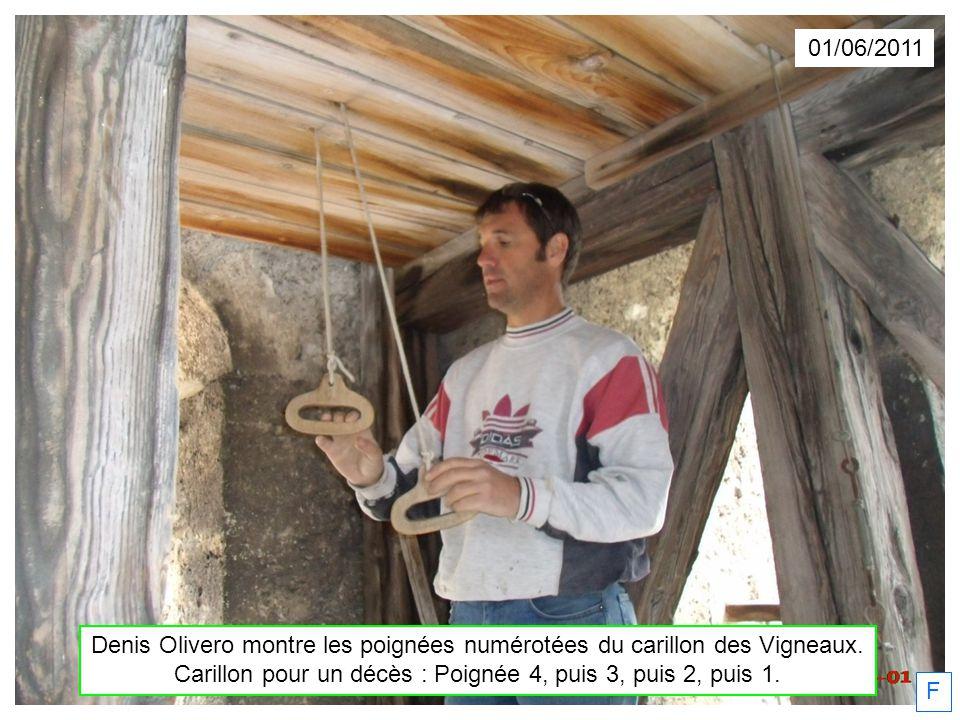 Denis Olivero montre les poignées numérotées du carillon des Vigneaux.