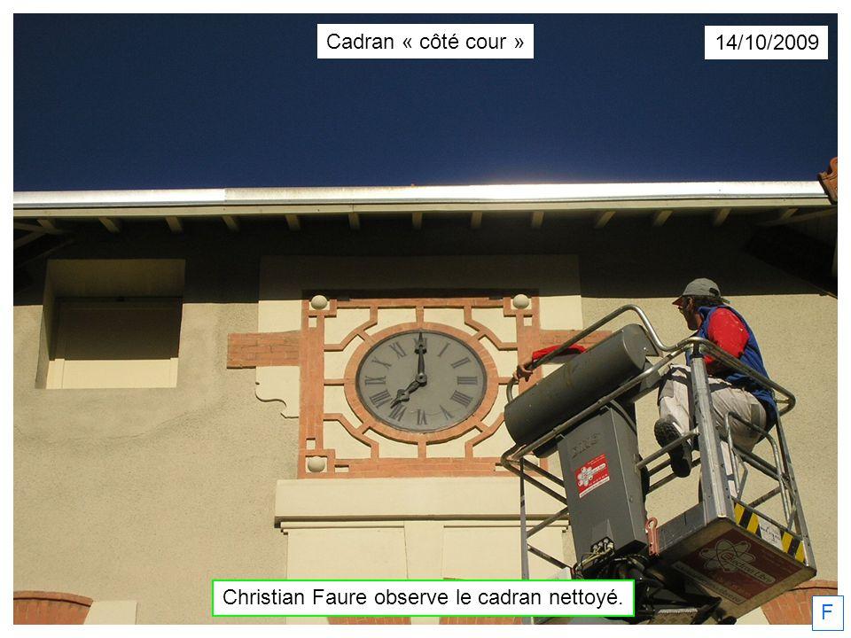 Christian Faure observe le cadran nettoyé.