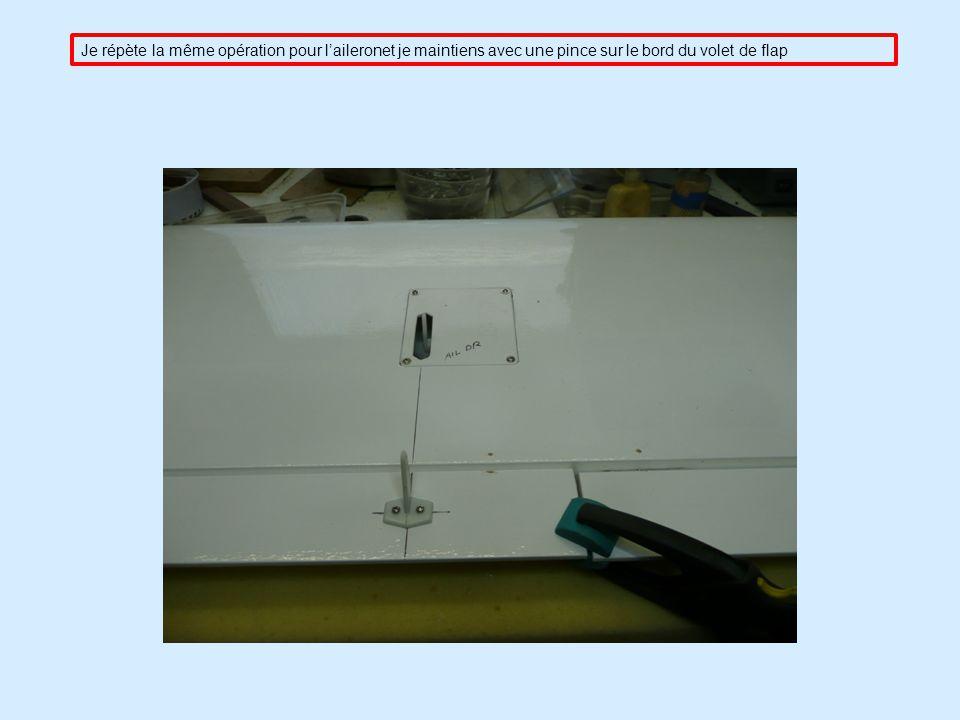 Je répète la même opération pour l'aileronet je maintiens avec une pince sur le bord du volet de flap