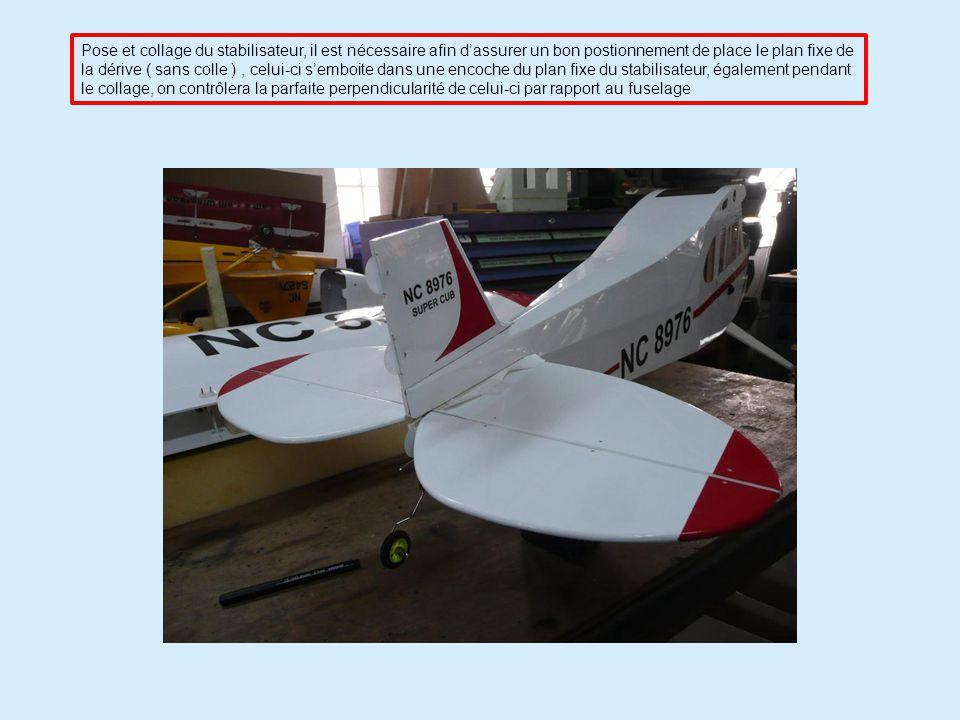 Pose et collage du stabilisateur, il est nécessaire afin d'assurer un bon postionnement de place le plan fixe de la dérive ( sans colle ) , celui-ci s'emboite dans une encoche du plan fixe du stabilisateur, également pendant le collage, on contrôlera la parfaite perpendicularité de celui-ci par rapport au fuselage