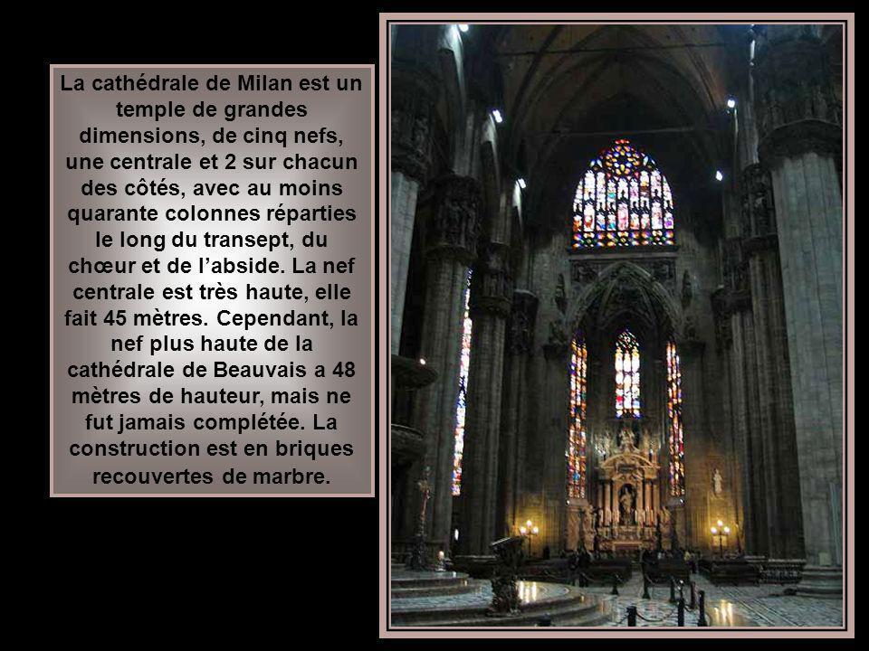 La cathédrale de Milan est un temple de grandes dimensions, de cinq nefs, une centrale et 2 sur chacun des côtés, avec au moins quarante colonnes réparties le long du transept, du chœur et de l'abside.