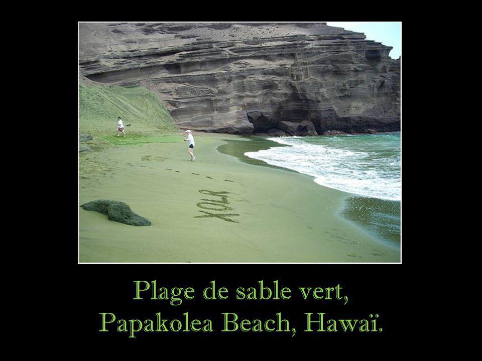 Plage de sable vert, Papakolea Beach, Hawaï.