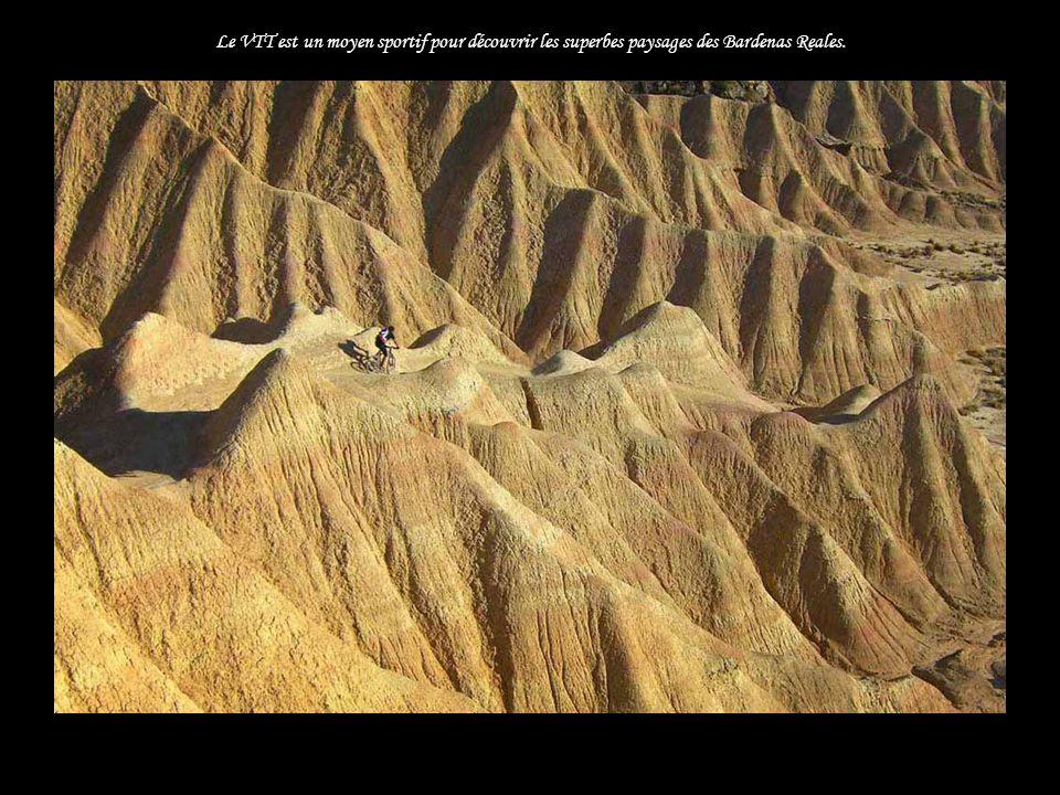Le VTT est un moyen sportif pour découvrir les superbes paysages des Bardenas Reales.