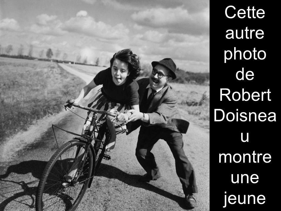 Cette autre photo de Robert Doisneau montre une jeune fille qui apprend avec difficulté à faire du vélo, en 1950.