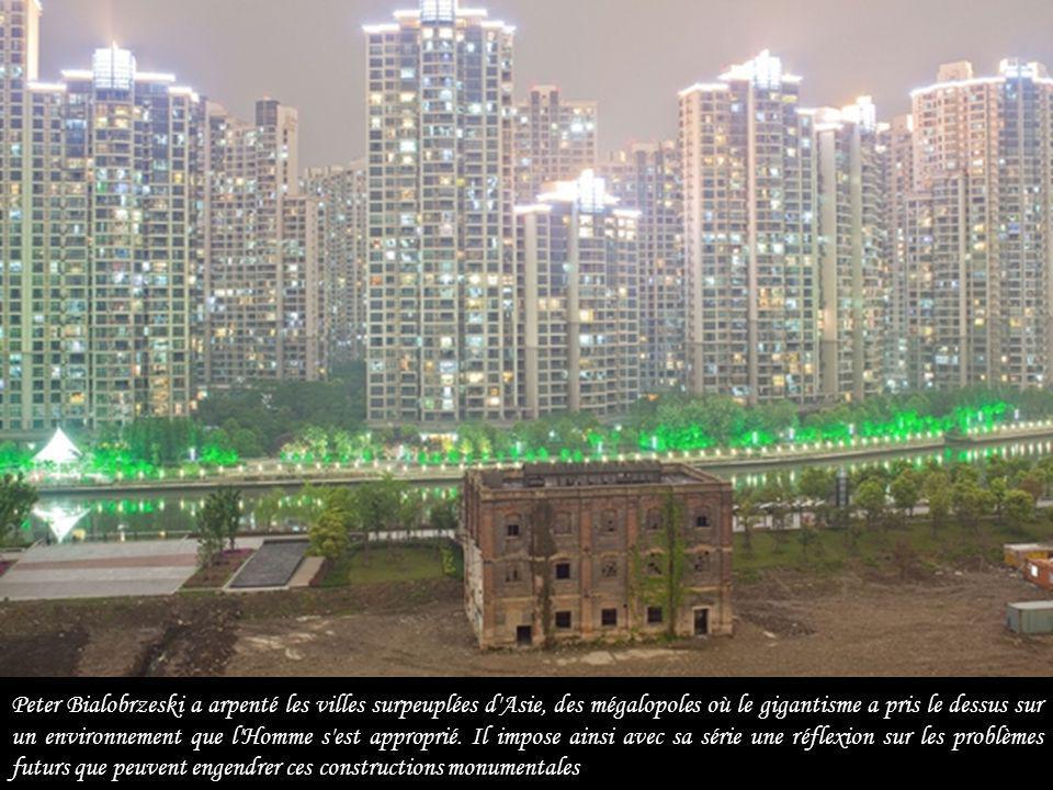 Peter Bialobrzeski a arpenté les villes surpeuplées d Asie, des mégalopoles où le gigantisme a pris le dessus sur un environnement que l Homme s est approprié.
