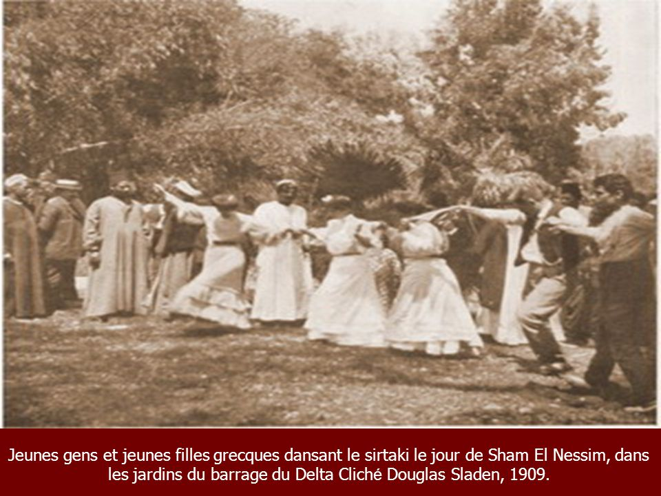 Jeunes gens et jeunes filles grecques dansant le sirtaki le jour de Sham El Nessim, dans les jardins du barrage du Delta Cliché Douglas Sladen, 1909.