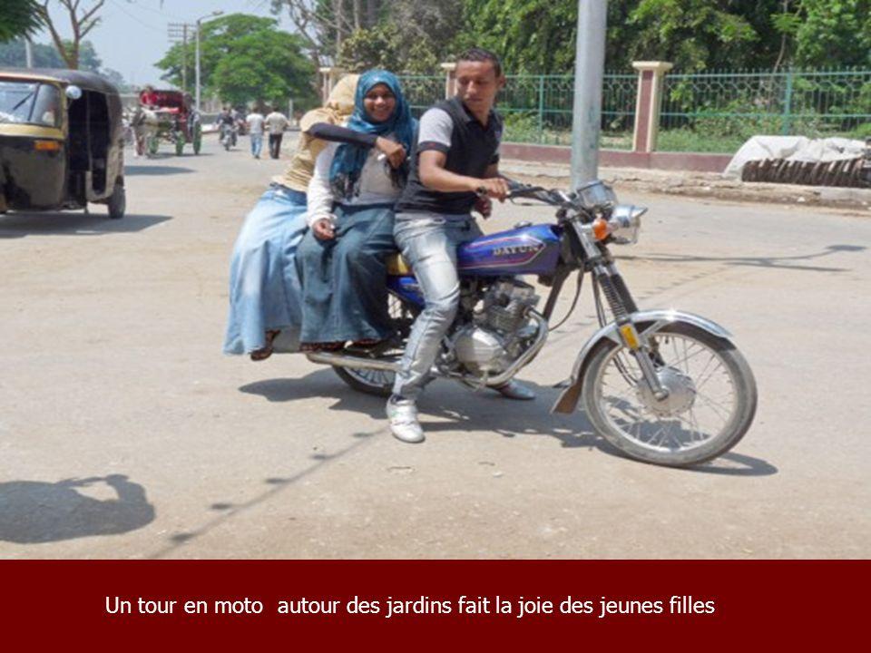 Un tour en moto autour des jardins fait la joie des jeunes filles
