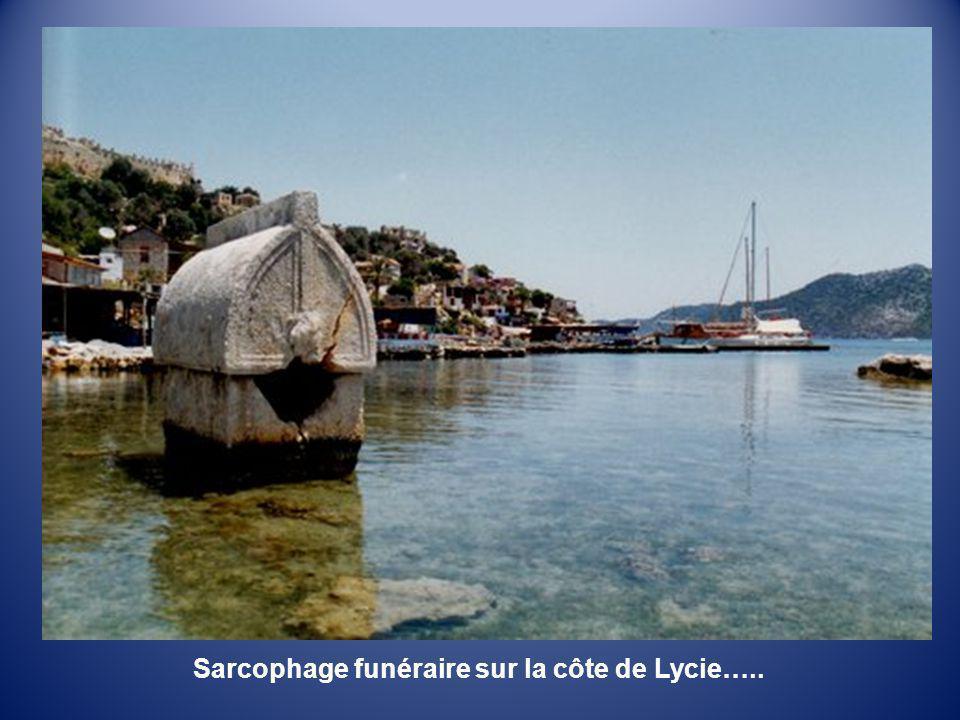 Sarcophage funéraire sur la côte de Lycie…..