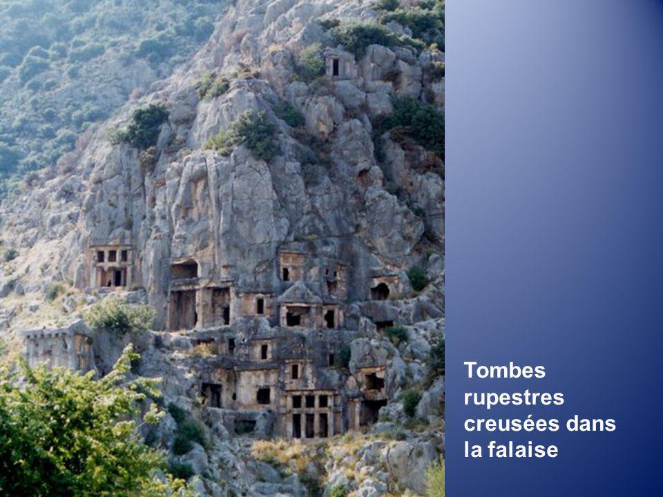 Tombes rupestres creusées dans la falaise