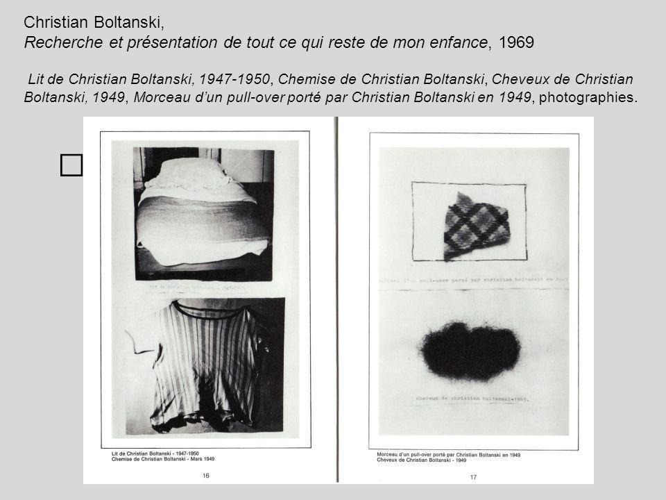 Christian Boltanski, Recherche et présentation de tout ce qui reste de mon enfance, 1969 Lit de Christian Boltanski, 1947-1950, Chemise de Christian Boltanski, Cheveux de Christian Boltanski, 1949, Morceau d'un pull-over porté par Christian Boltanski en 1949, photographies.