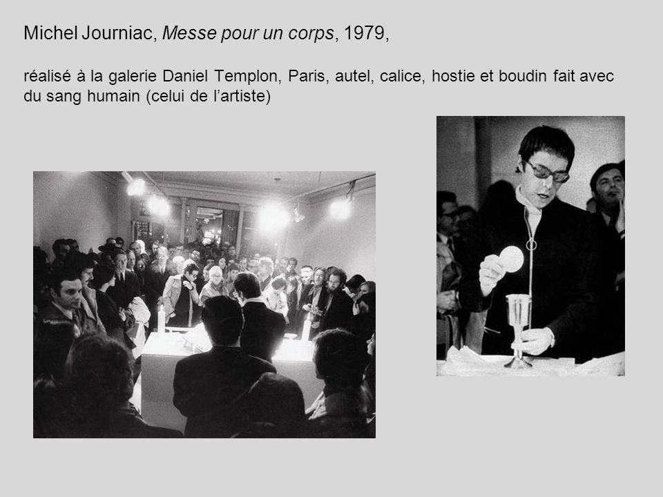 Michel Journiac, Messe pour un corps, 1979, réalisé à la galerie Daniel Templon, Paris, autel, calice, hostie et boudin fait avec du sang humain (celui de l'artiste)