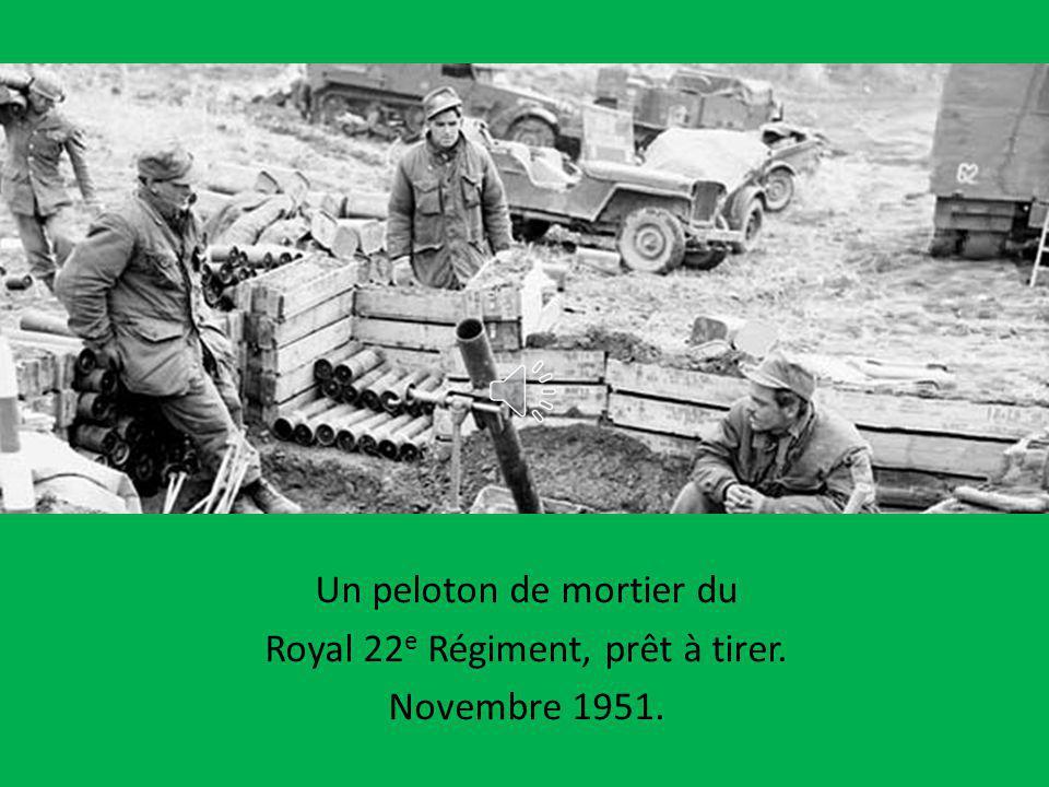 Un peloton de mortier du Royal 22e Régiment, prêt à tirer.